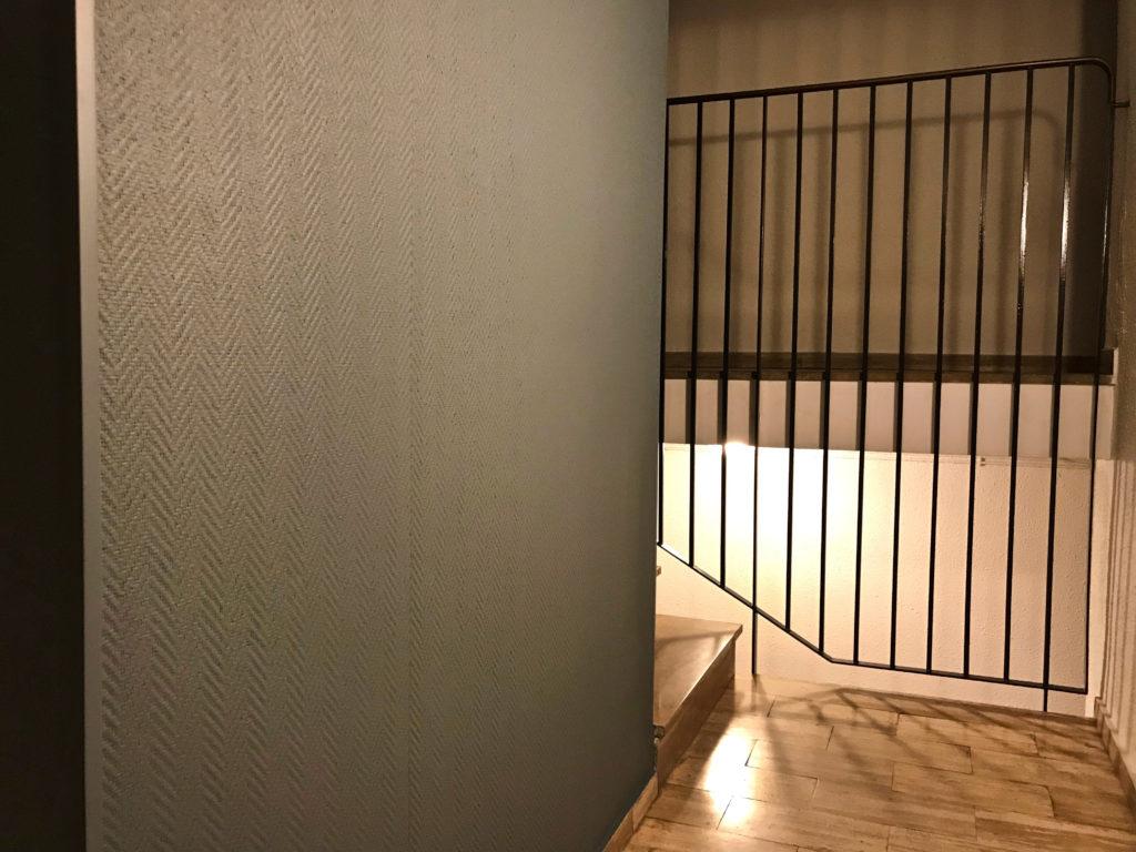 Pose d'une toile de verre dans une cage d'escalier de parties communes, un immeuble à Nimes