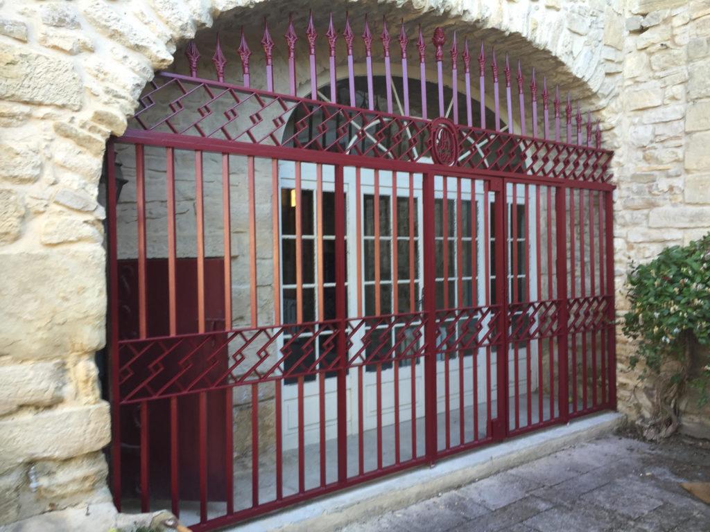 Rénovation d'une grille rouge près d'Uzès