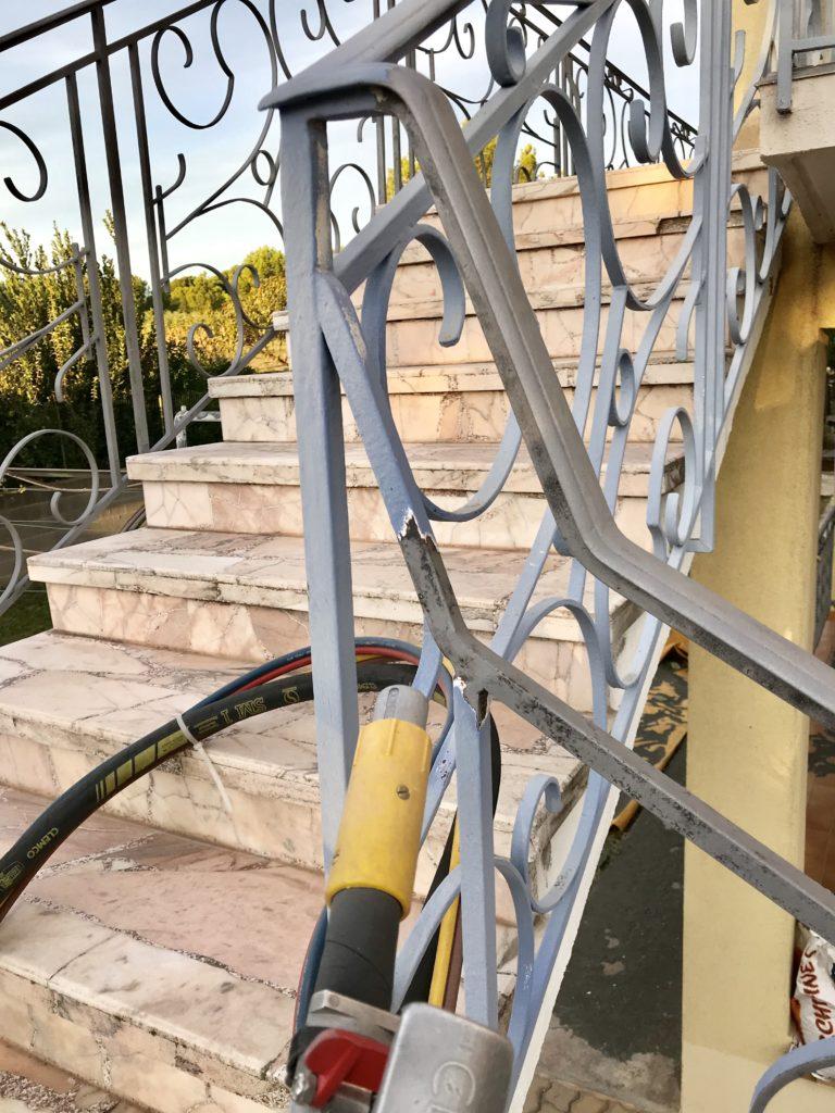décapage par sablage basse pression, aérogommage de grilles métalliques