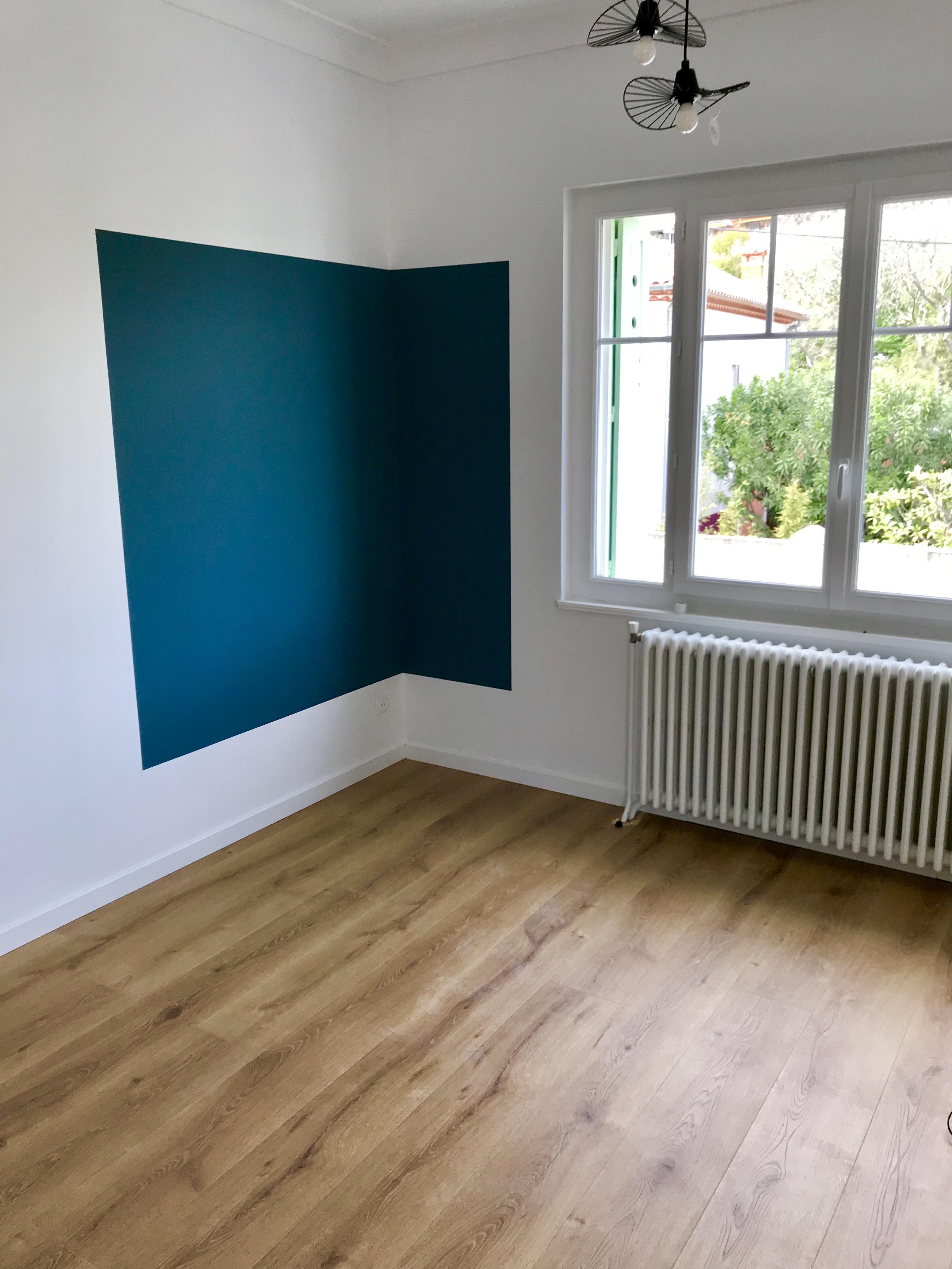 Délimitation de l'espace grâce à un cadre de couleur bleue dans appartement Puech du Teil à Nîmes